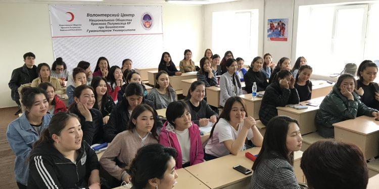GS-Kirgisiske studerende følger GS engelsk undervisere i 2019
