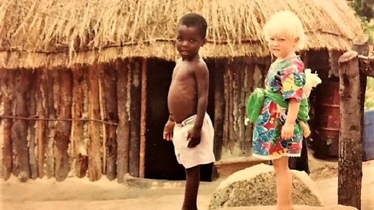 Thea og Lucas. To børn fra forskellige verdener, bragt sammen af tilfældigheder, skriver Bjørn Førde om dette møde mellem mennesker og kulturer. Foto fra bogen, taget under Bjørns år på MS–programmet. Foto: Bjørn Førde.