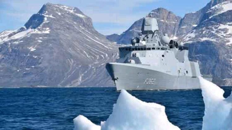 Fregatten Peter Willemoes på dens besøg i arktis 2019. Foto Forsvarsgalleriet